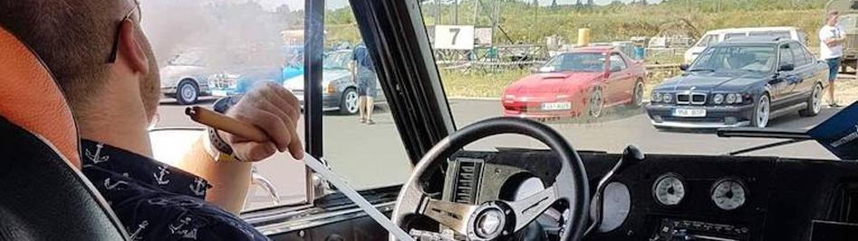 мужчина курит кальян в машине